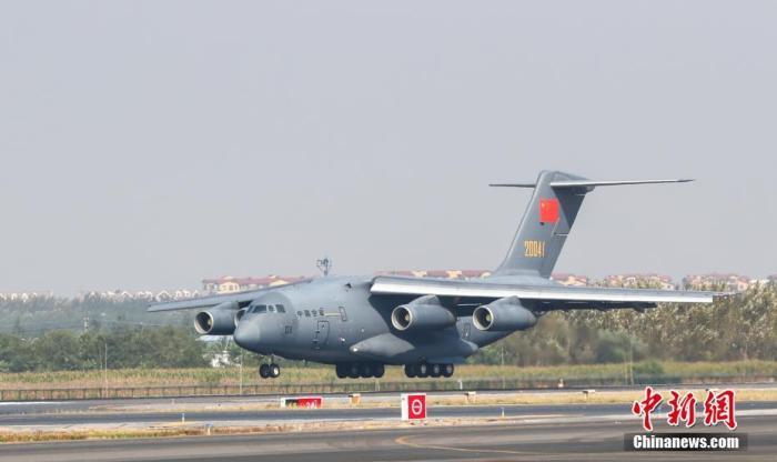 图为运送志愿军烈士遗骸的空军专机准备降落沈阳桃仙国际机场。中新社记者 于海洋 摄