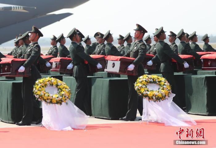 9月27日,沈阳桃仙国际机场,第七批在韩中国人民志愿军烈士遗骸由中国空军专机护送从韩国接回辽宁沈阳。机上共载有117位志愿军烈士的遗骸及相关遗物。图为礼兵将殓放志愿军烈士遗骸的棺椁准备护送至军用车辆。中新社记者 于海洋 摄