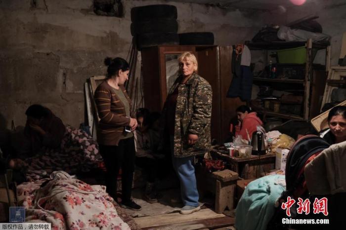 当地时间9月28日,亚美尼亚外交部提供的一组图片显示了在在纳戈尔诺-卡拉巴赫地区,民众住进底下防空洞避难。