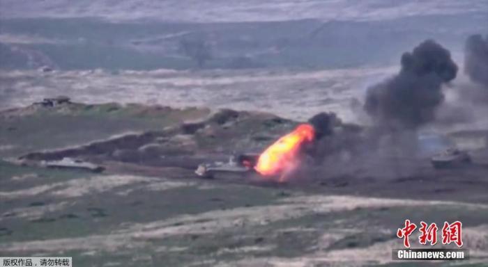 当地时间9月27日,亚美尼亚和阿塞拜疆在纳卡地区爆发新一轮冲突,双方均指责对方违反停火协议,率先发动军事进攻(视频截图)
