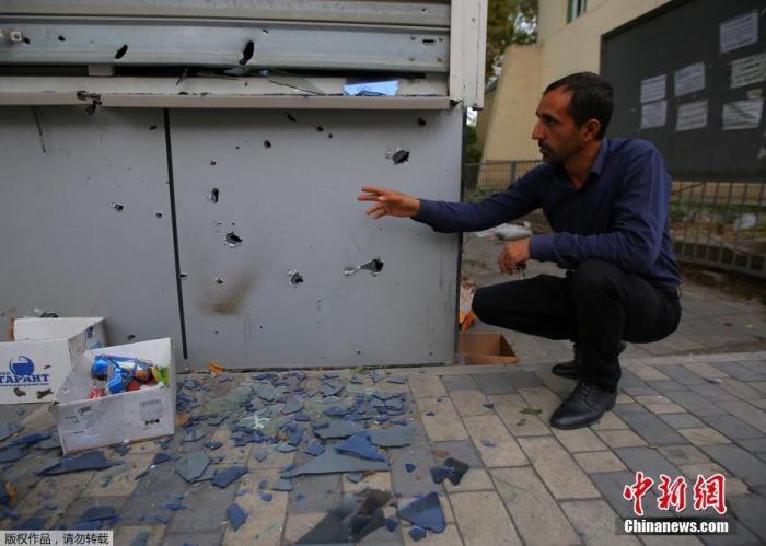当地时间9月28日,纳戈尔诺-卡拉巴赫(纳卡地区),当地村落在亚阿冲突中遭受炮击,部分住宅受损,有平民在事件中伤亡。图为村民描述炮弹碎片击中当地建筑。