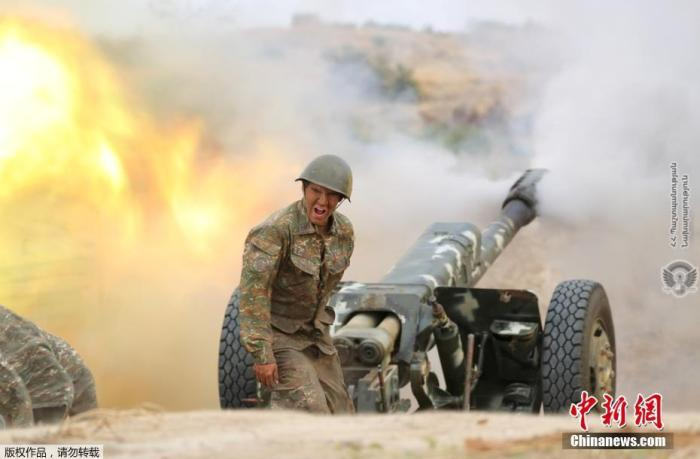 当地时间9月29日,亚美尼亚国防部发布的一组前线照片中,士兵正在发射炮弹。