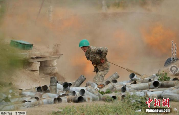 资料图:亚美尼亚士兵正在发射炮弹。