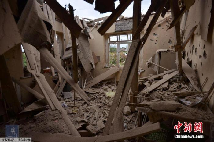 """当地时间9月28日,纳戈尔诺-卡拉巴赫(纳卡地区),当地村落在亚阿冲突中遭受炮击,部分住宅受损,有平民在事件中伤亡。据报道,27日,亚美尼亚和阿塞拜疆在在纳卡地区发生新一轮冲突,引发国际社会关切。目前,两国均已宣布进入""""战时状态""""。"""
