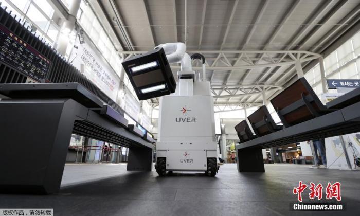 當地時間9月29日,韓國首爾Suseo車站,機器人在車站內進行消毒工作,預防新冠病毒傳播。