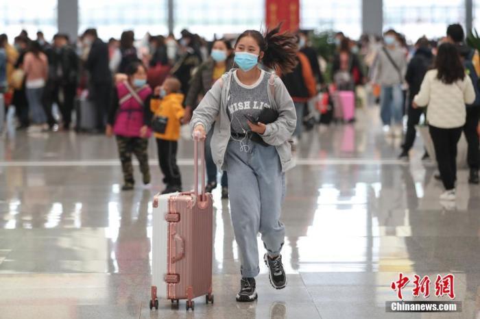 资料图:旅客步入候车大厅。 中新社记者 瞿宏伦 摄