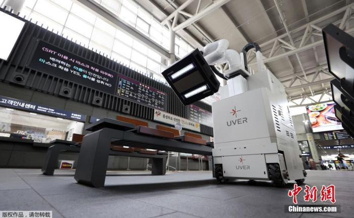 当地时间9月29日,韩国首尔Suseo车站,机器人在车站内进行消毒工作,预防新冠病毒传播。