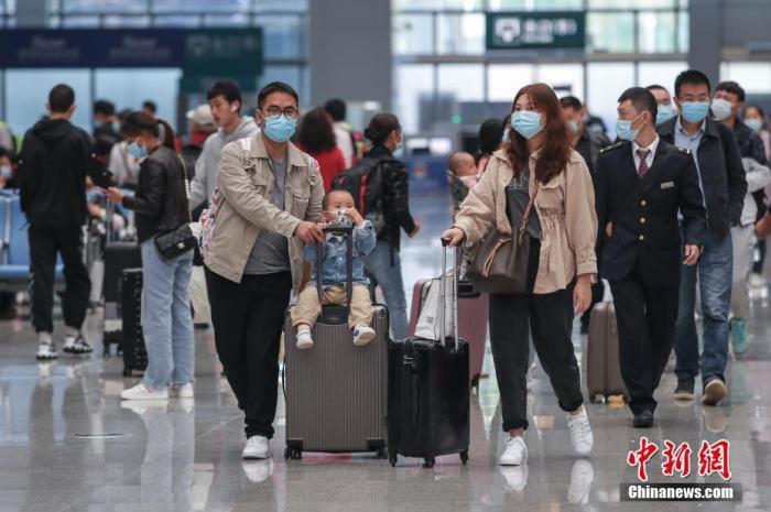贵阳北站,搭客步入候车大厅。 中新社记者 瞿宏伦 摄
