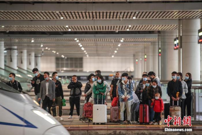 9月30日,旅客在贵阳北站站台候车。当日是国庆中秋假期前一天,全国铁路迎来出行客流高峰。 <a target='_blank' href='http://www.hsliebao.com/'>中新社</a>记者 瞿宏伦 摄