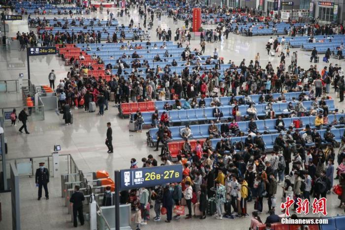 """全国铁路4日预计发送旅客1180万人次 """"高铁游""""受青睐"""