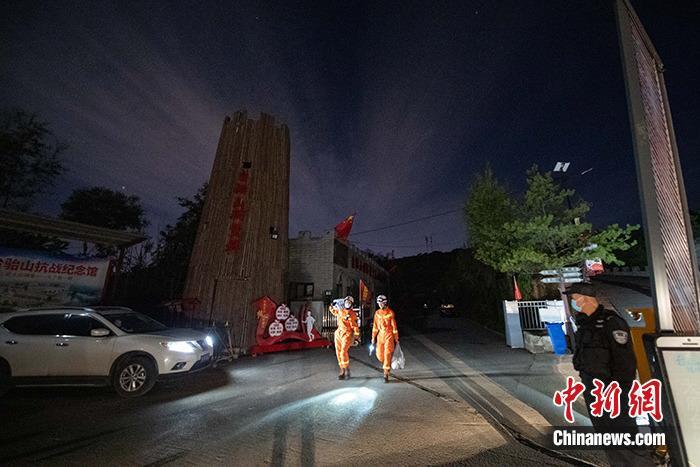 10月1日晚,山西省太原市台骀山景区闭门歇业,安保人员在门外值守。中新社记者 韦亮 摄