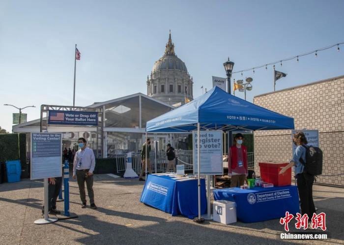 """当地时间10月5日,美国加州旧金山市政厅投票中心在户外向2020年美国大选的选民开放。为阻止新冠病毒的传播,旧金山市政厅投票中心在市政厅附近搭起帐篷,为选民提供服务,前来投票的选民需要遵守""""社交距离""""等防疫准则。 <a target='_blank' href='http://www.chinanews.com/'>中新社</a>记者 刘关关 摄"""