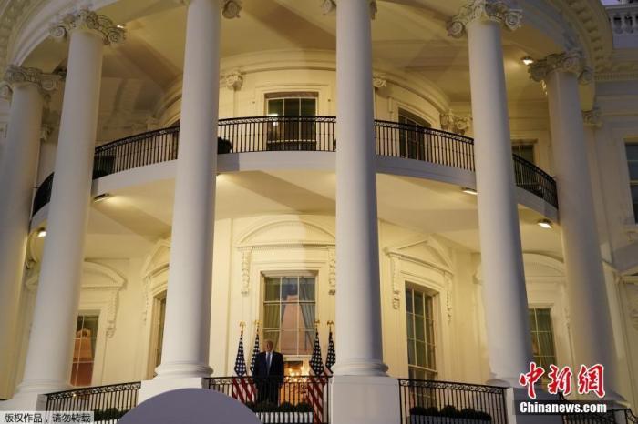 当地时间10月5日,美国总统特朗普离开位于马里兰州的国家军事医疗中心返回白宫。