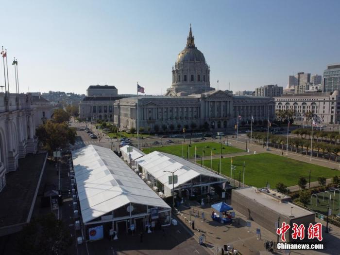 资料图:当地时间10月5日,美国加州旧金山市政厅投票中心在户外向2020年美国大选的选民开放。 中新社记者 刘关关 摄
