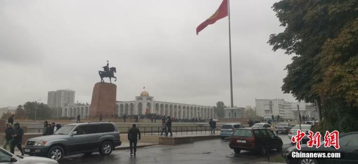 """当地时间10月6日,吉尔吉斯斯坦反对派支持者占领位于首都比什凯克、集总统府和议会办公地点为一体的政府大楼""""白宫""""。 路康 摄"""