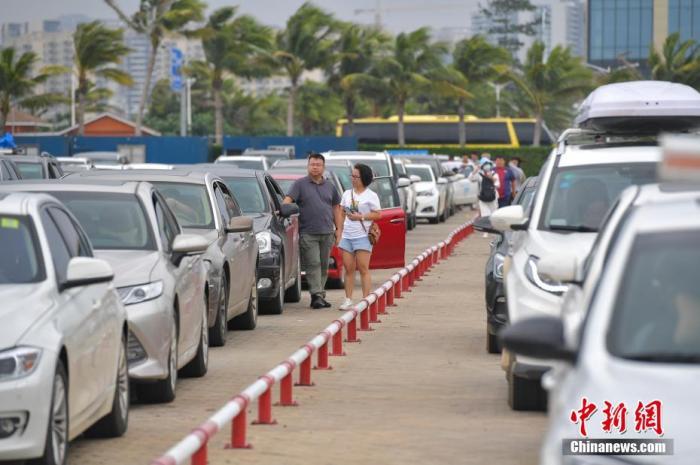 图为在海口新海港码头排队等待上船的自驾游游客。 骆云飞 摄