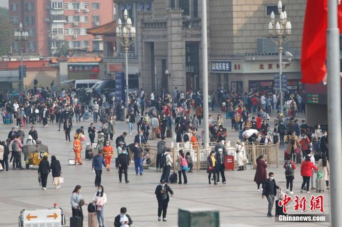 10月7日,旅客走过北京火车站广场。 中新社记者 蒋启明 摄