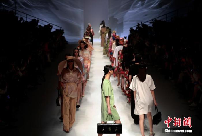 10月8日—16日期间,将有近100场男女装、童装、礼服新品发布在上海举行。 汤彦俊 摄