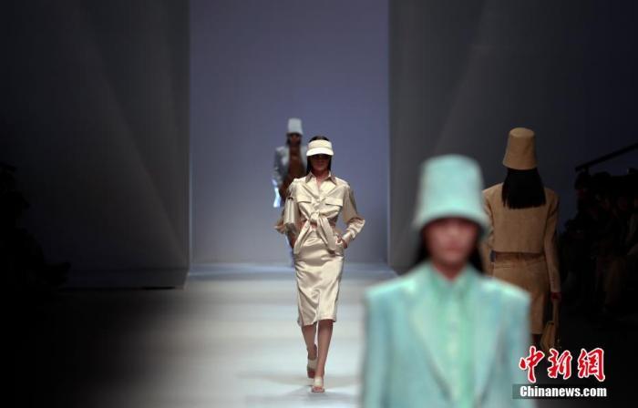 模特展示2021春夏流行趋势。 汤彦俊 摄