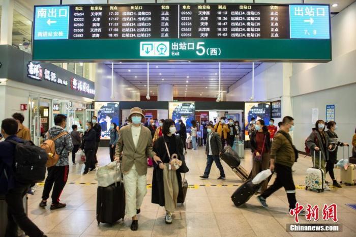 10月8日,旅客走出铁路北京南站5号出站口。当天是国庆假期最后一天,北京南站返程客流增多。 <a target='_blank' href='http://www.chinanews.com/'>中新社</a>记者 田雨昊 摄