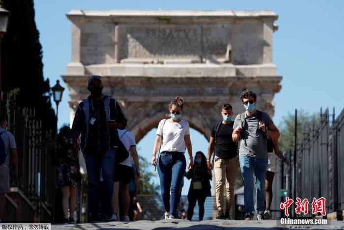 当地时间10月8日,意大利首都罗马,民众佩戴口罩行走在斗兽场附近。意大利政府7日宣布最新疫情防控措施,最新防控措施包括,自8日起在全国范围内所有公共场所,包括户外公共场所,均须佩戴口罩,人员较少的郊区和私人场所除外。不遵守这一防控措施的人将被处以400欧元至1000欧元不等的罚款。对新冠病毒检测呈阳性但违反居家隔离规定的人,将被处以500欧元至5000欧元不等的罚款以及可能长达3至18个月监禁。