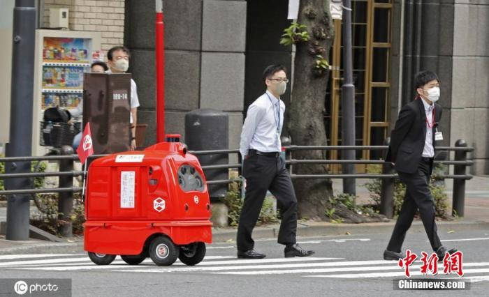 当地时间2020年10月7日,日本东京,日本邮政公司的自动驾驶邮件投递机器人在道路上进行了首次测试,预计将于2021年正式推广使用。 图片来源:ICphoto