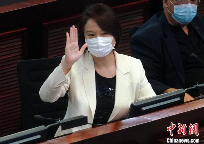 10月9日下午,香港特区立法会内务委员会举行会议,选举2020至2021年度会期内务委员会主席及副主席。香港民建联议员李慧琼当选内务委员会主席。 中新社记者 张炜 摄