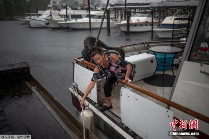 """当地时间10月10日,美国路易斯安那州查尔斯湖的居民遭受飓风""""德尔塔""""袭击,树木倒塌压在房屋上,不少居民选择撤离。美国2020年的飓风季持续发威,当局警告,""""德尔塔""""的阵风时速为每小时115英里以上,抵达内陆后有机会将海水冲上3米高。查尔斯湖镇镇长亨特指出,虽然""""劳拉""""飓风的袭击至今已过六周,目前仍有数千人的家园被破坏后还尚未重建,有些人甚至没有避难所可去,只能先暂时居住在饭店365体育足球竞彩平台_足球滚球单双什么意思,躲避下一波飓风的来袭。"""