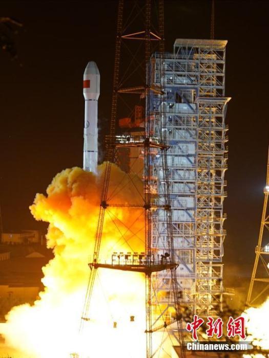 北京时间10月12日0时57分,中国在西昌卫星发射中心用长征三号乙运载火箭,成功将高分十三号卫星发射升空,卫星顺利进入预定轨道。高分十三号卫星是高轨光学遥感卫星,主要用于国土普查、农作物估产、环境治理、气象预警预报和综合防灾减灾等领域,可为国民经济发展提供信息服务。 张文军 摄
