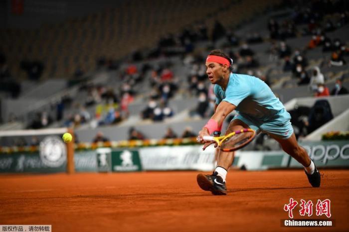 """北京时间10月11日,2020年法网男单决赛,纳达尔与德约科维奇历史第56次""""纳德决"""",最终""""红土之王""""纳达尔以6-0、6-2和7-5直落三盘,以总比分3-0横扫德约科维奇,成功卫冕法网冠军,成就赛会13冠王。这也是他夺得法网的第100胜,并且追平了费德勒的大满贯20冠纪录。"""
