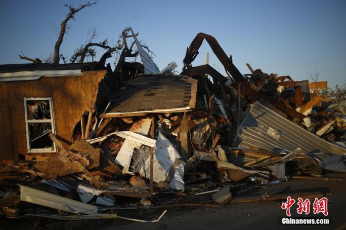 """飓风""""德尔塔""""致美国至少4人死亡 数十万人断电图片"""