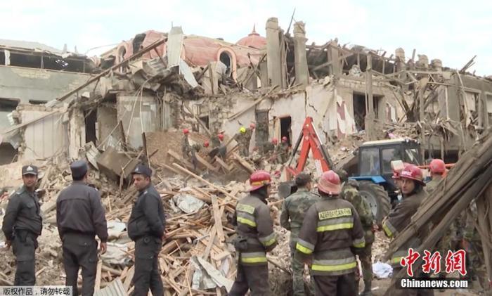 当地时间10月11日,阿塞拜疆外交部表示,亚美尼亚军队连夜攻击该国第二大城市甘加,而当时距停火协议生效还不到24小时。图为甘加一处建筑物被炸成废墟。