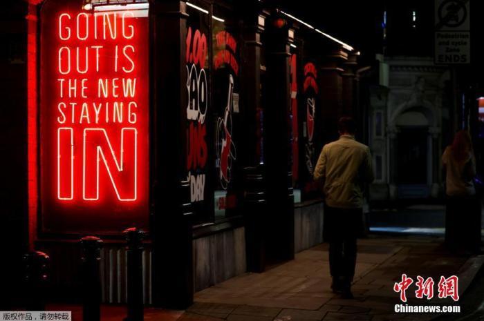 """资料图:当地时间10月12日,英国首相约翰逊在英国议会下院发表讲话,宣布""""分级封锁令""""。该项新防疫限制措施将于14日生效,为自英国第二波疫情暴发以来的最严封锁令。图为英国曼彻斯特入夜后,街道上行人寥寥。"""