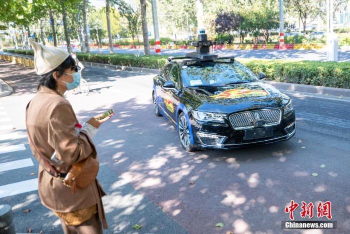资料图:百度自动驾驶出租车准备迎接乘客上车。 <a target='_blank' href='http://www.chinanews.com/'>中新社</a>记者 贾天勇 摄