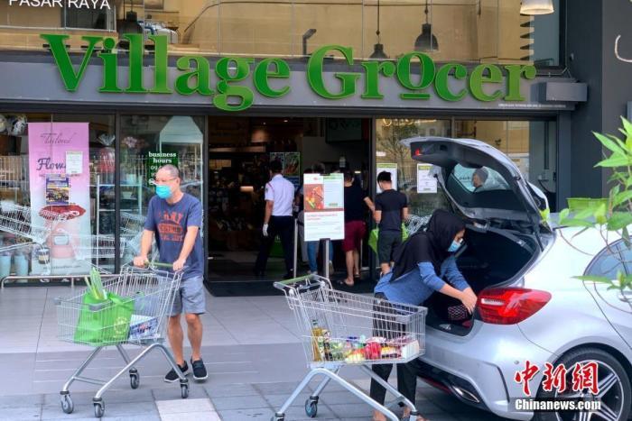 当地时间10月12日,马来西亚吉隆坡,民众在一家超市购买生活物资。<a target='_blank' href='http://www.chinanews.com/'>中新社</a>记者 陈悦 摄