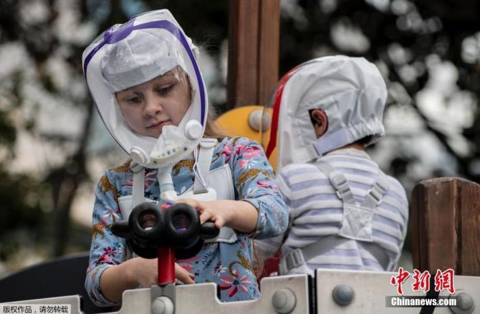 资料图:10月13日消息,日前,哥伦比亚工程师团队设计出一种泡泡头盔,外形类似宇航员使用的头盔,用于预防感染新冠病毒。