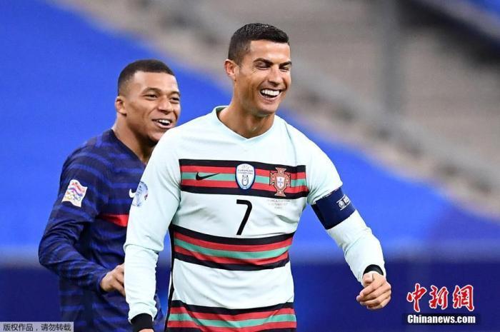 北京时间13日晚,葡萄牙足协一纸公告彻底引燃国际足坛,克里斯蒂亚诺-罗纳尔多新冠检测呈阳性,暂时退出葡萄牙国家队。公告还透露了C罗目前状况良好,暂无症状,正在隔离。图为C罗在北京时间12日凌晨的葡萄牙与法国队的欧国联比赛中与法国球星姆巴佩互动。