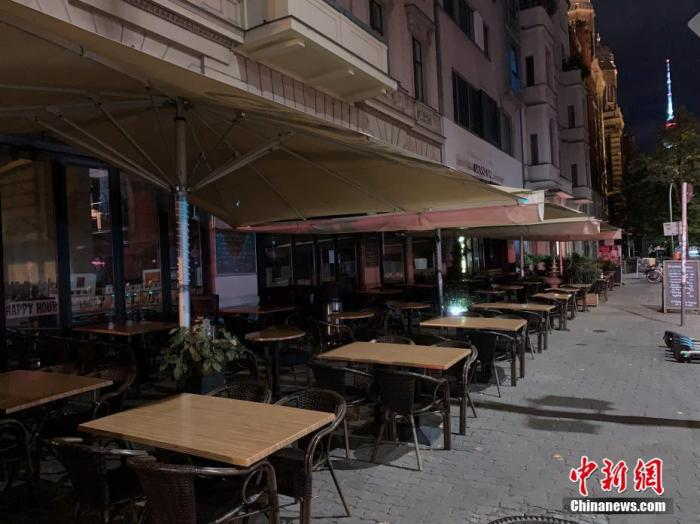 當地時間10月13日晚,柏林酒吧和餐飲集中的奧拉寧堡街一家已經關門的古巴酒吧。德國首都柏林正成為該國本輪新冠疫情反彈最嚴重的地區之一。為應對不斷攀升的新增確診人數,柏林政府從10月10日開始實施宵禁,所有餐館和酒吧每天晚間11時至次日早間6時必須停止營業。<a target='_blank' href='http://www.sxdsj.com.cn/'>中新社</a>記者 彭大偉 攝