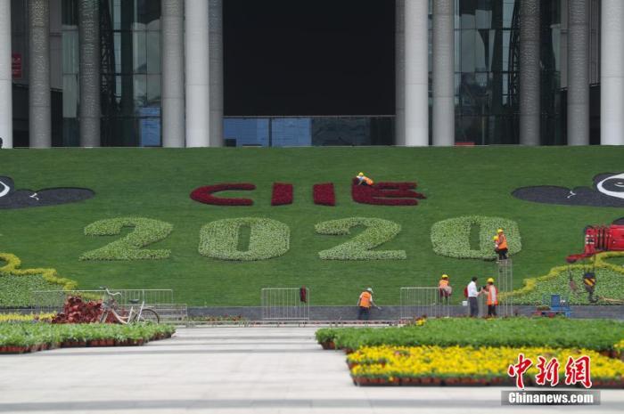 資料圖:10月15日,園藝師正在國家會展中心(上海)南廣場進行鮮花裝飾,迎接即將開幕的第三屆中國國際進口博覽會。據悉,第三屆中國國際進口博覽會將于11月5日至10日在國家會展中心(上海)舉辦,目前各項工作正在有序推進。 張亨偉 攝