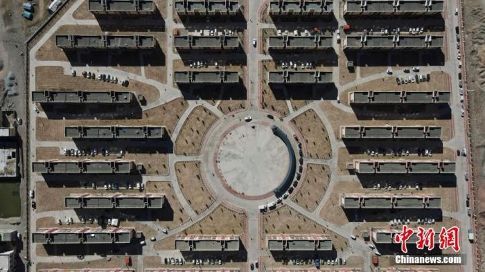 资料图:航拍青海省杂多县易地扶贫搬迁小区。<a target='_blank' href='http://meiqiglass.com/'>中新社</a>记者 苏丹 摄