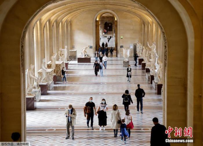 法国总统马克龙当地时间14日晚进行电视直播谈话,宣布法国巴黎、里昂、马赛等多地将实施宵禁,以应对新冠肺炎疫情反弹。宵禁将从本周六(17日)正式生效,宵禁时间将从晚9点至次日早6点,为期至少4周。图为14日,巴黎的著名景点卢浮宫参观者寥寥无几。