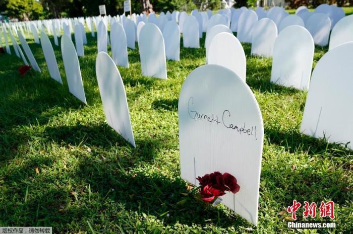 当地时间10月14日,美国迈阿密自由城附近的西蒙霍夫花卉公园摆满墓碑形的白色塑料牌纪念新冠逝者,人们在塑料牌上的留言引人泪目。