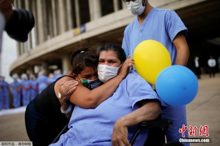 当地时间10月15日,巴西巴西利亚临时野战医院,现年63岁的海伦娜・埃维拉(Helena Elvira)接受治疗后出院。