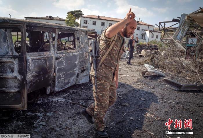 当地时间10月15日,亚美尼亚和阿塞拜疆的冲突在纳卡地区持续进行,Martakert地区一家医院在战火中被摧毁。图为医生在介绍医院被轰炸时的情景。