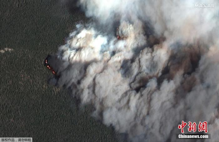 """当地时间10月16日,卫星图拍摄的美国科罗拉多州""""卡梅伦峰""""的野火。"""