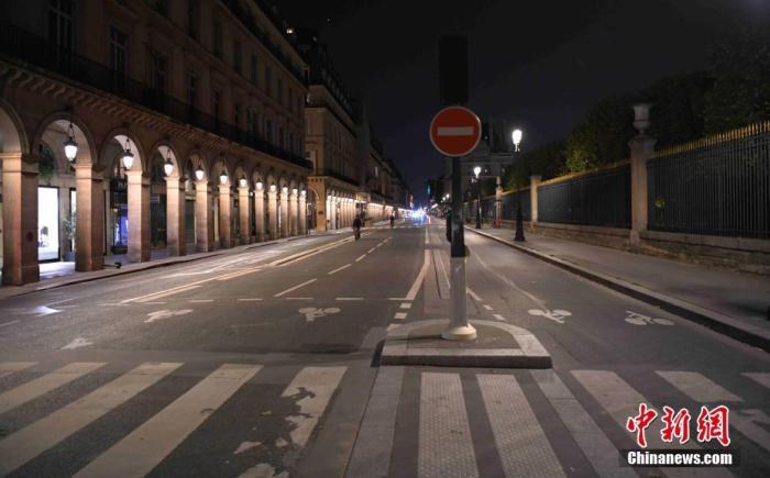 当地时间10月17日,法国巴黎正式实施宵禁,以抗击新冠肺炎疫情反弹。宵禁至少持续四周,宵禁时段从晚9点持续至次日早上6点,在该时段绝大多数公共场所关闭,民众被要求留在家中。图为实施宵禁中的巴黎里沃利大街。 中新社记者 李洋 摄