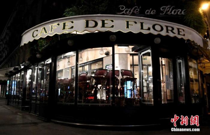 当地时间10月17日,法国巴黎正式展开宵禁,以抗击日益严重的第二波新冠肺炎疫情。当天绝大多数民众能够遵守宵禁令。宵禁令于晚9点生效后,街头行人和车辆急剧减少,几乎所有公共场所全部关门。图为巴黎著名的花神咖啡馆在当天的宵禁时段停止营业。 中新社记者 李洋 摄