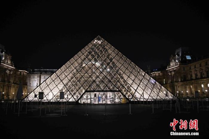 当地时间10月17日,法国巴黎正式实施宵禁,以抗击新冠肺炎疫情反弹。宵禁至少持续四周,宵禁时段从晚9点持续至次日早上6点,在该时段绝大多数公共场所关闭,民众被要求留在家中。图为宵禁时段的卢浮宫夜景。 中新社记者 李洋 摄