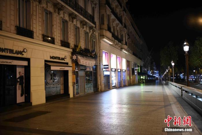 当地时间10月17日,法国巴黎正式实施宵禁,以抗击新冠肺炎疫情反弹。宵禁从晚9点持续至次日早上6点,在该时段绝大多数公共场所关闭,民众被要求留在家中。图为17日实施宵禁中的巴黎香榭丽舍大街。 中新社记者 李洋 摄