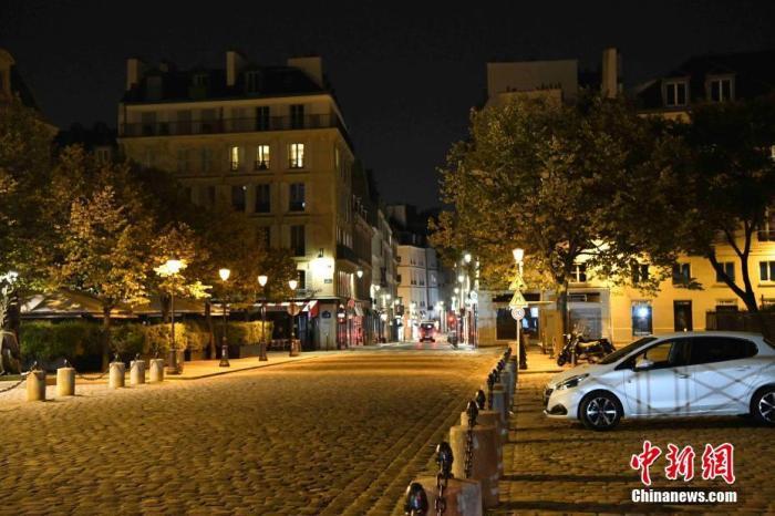 """当地时间10月17日,法国巴黎正式展开宵禁,以抗击日益严重的第二波新冠肺炎疫情。当天绝大多数民众能够遵守宵禁令。宵禁令于晚9点生效后,街头行人和车辆急剧减少,几乎所有公共场所全部关门。巴黎往常喧嚣的城市夜晚在宵禁中很快变得寂静,和""""封城""""期间的情景没有太大差别。 中新社记者 李洋 摄"""
